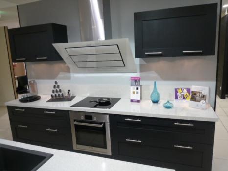 cuisine en couloir comment amnager une cuisine en longueur suite encore 30 ides en photos. Black Bedroom Furniture Sets. Home Design Ideas