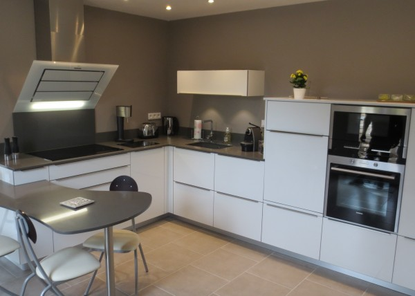 cuisine blanche laquee photos de conception de maison. Black Bedroom Furniture Sets. Home Design Ideas